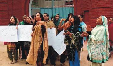 خواجہ سراؤں کاپولیس کے خلاف ڈانس کر کے انوکھااحتجاج