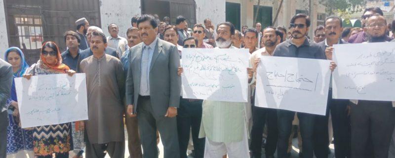 شاگرد کے ہاتھوں پروفیسر قتل، تعلیمی اداروں کے اساتذہ کا احتجاج