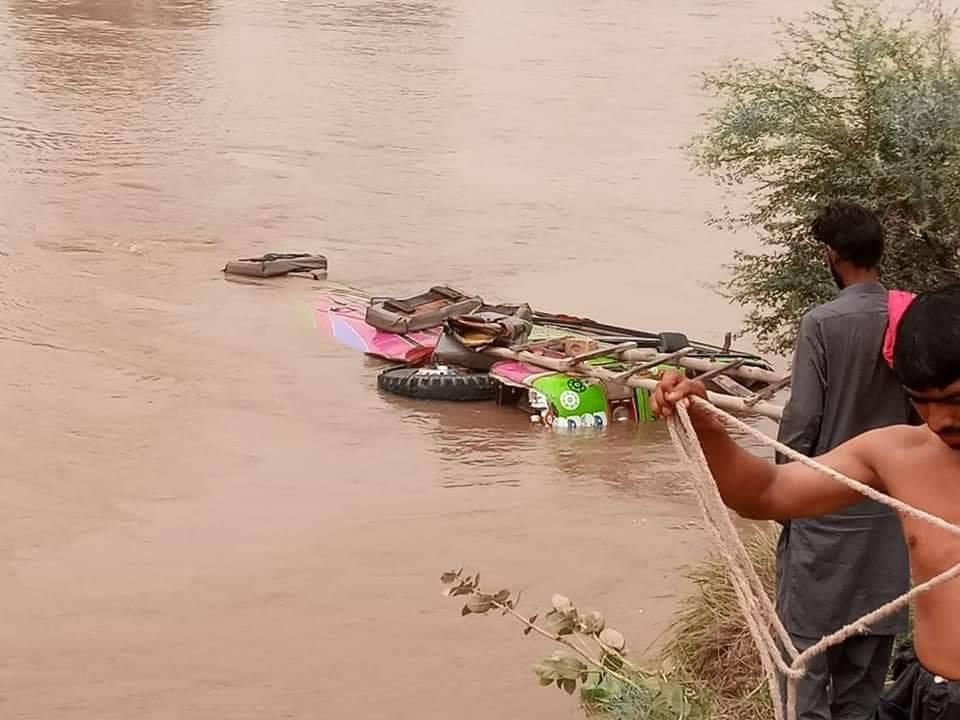 رکشہ کو بچانے کی کوشش، کوسٹر نہر میں جا گری
